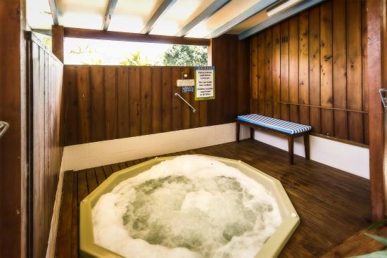 Coffs Harbour Holiday Apartments: Heated Spa bath