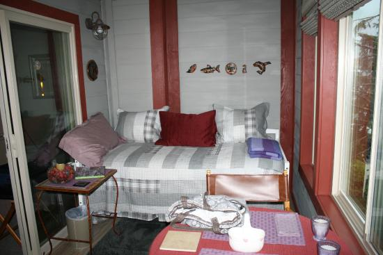 Black Bear Inn: Enclosed porch area- VIEW, mini frig, spiral staircase outside