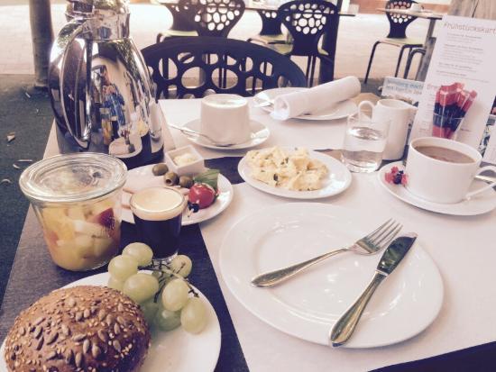 art & business Hotel: Ein Frühstücksbüffet mit vielen kleinen Köstlichkeiten