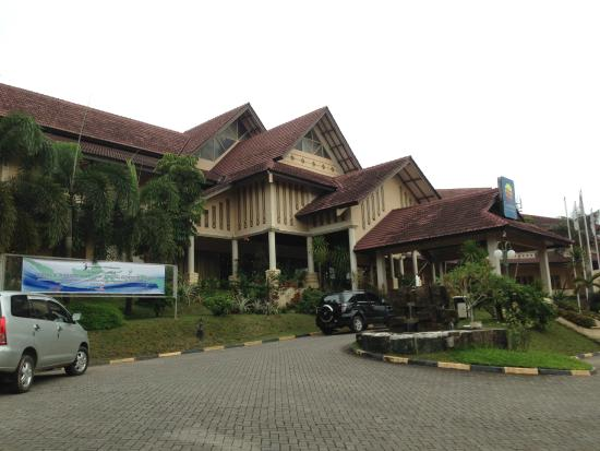 Comfort Hotel & Resort Tanjung Pinang: Pintu masuk ke lobby hotel