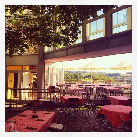 Igelwirt: Biergarten mit Blick zur Sonnen-Terrasse / Patio with view to the sun terrace