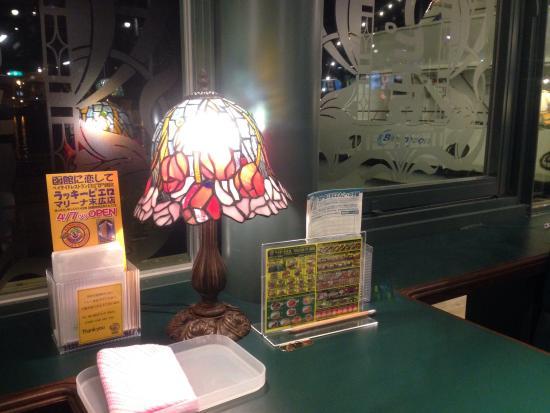 ラッキーピエロ マリーナ末広店, 奥の窓側の席からは、マリーナの遊覧船が見えます。ステンドグラスのランプが可愛いです。