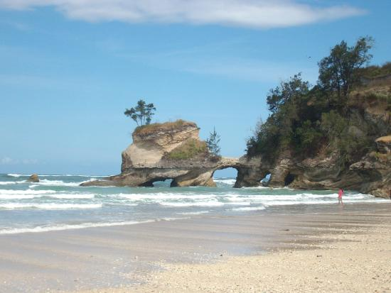 Waingapu, Indonesia: Das Felsentor Pintu Parunu - das Westende des Strandes