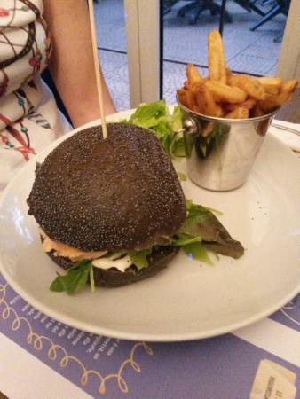 Cernobbio, Italie : Hamburger di Salmone, con pane al nero di seppia
