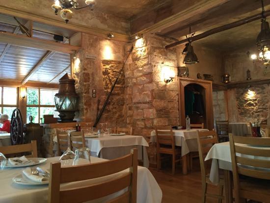 Drosia, Greece: Tables inside