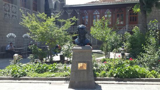 Diyarbakir, Turchia: Ziya Gökalp a ait herseyin bulunduğu saray yavrusu bi mekan