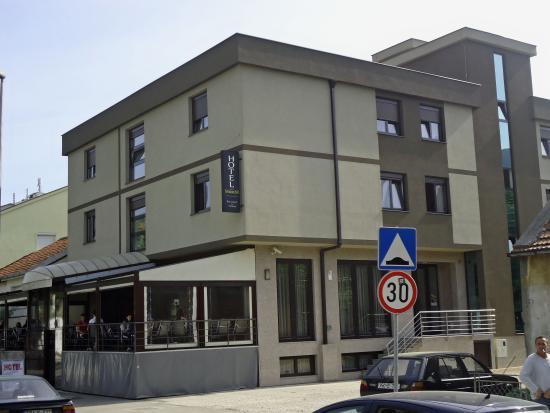 Hotel Medium: Voorzijde met terras.