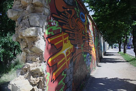 Hotel Medium: 'Berlijse muur' aan de overzijde van het hotel.