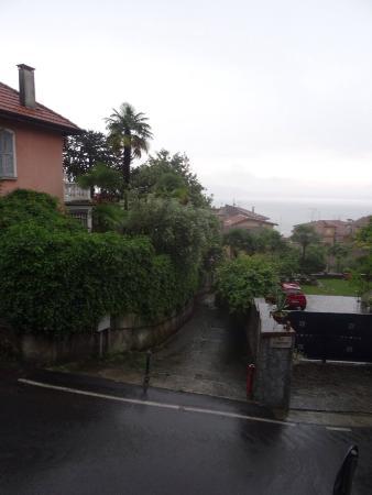Bed and Breakfast Torre Lara: Réveil sous la pluie avec vue sur le lac et nos motos