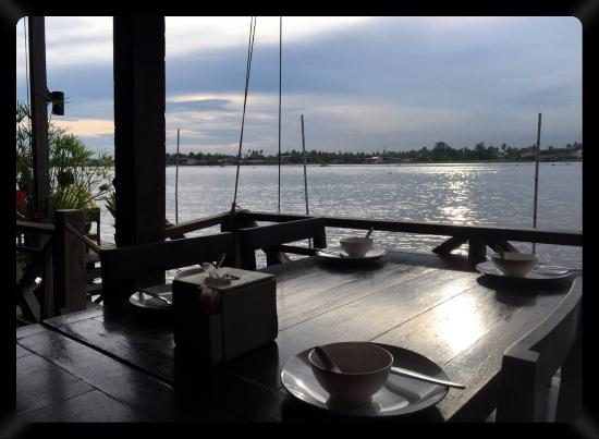 Baan Rabiang Nam or River Tree House: Cosy riverside seating and tasty thai food