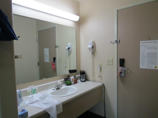 Super 8 Guymon: split bathroom