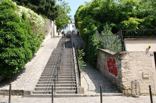 escalier de la butte menant place du tertre photo de montmartre paris tripadvisor. Black Bedroom Furniture Sets. Home Design Ideas
