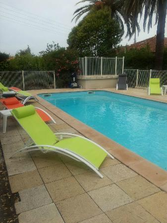 Le Thimotee : leaves and litter in pool