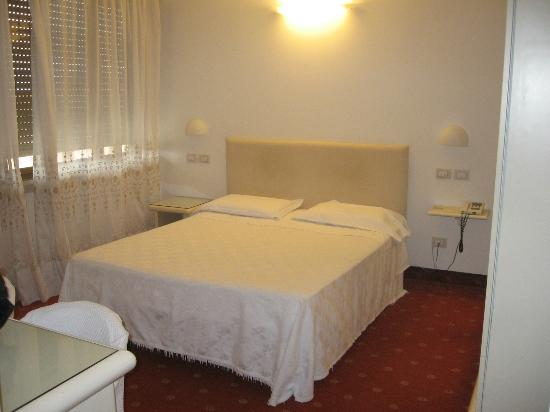 Hotel Moderno Chianciano: una stanza dell'hotel