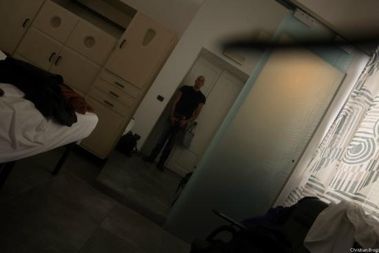 Mr Frills B&B: Io allo specchio/porta del bagno