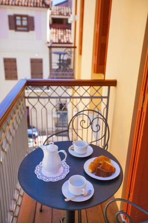 Aetoma Hotel: Balcony view to one of the traditional alleys of Nafplion's old town