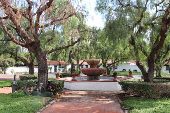 Mision San Diego de Alcala: Jardin central de la Mision