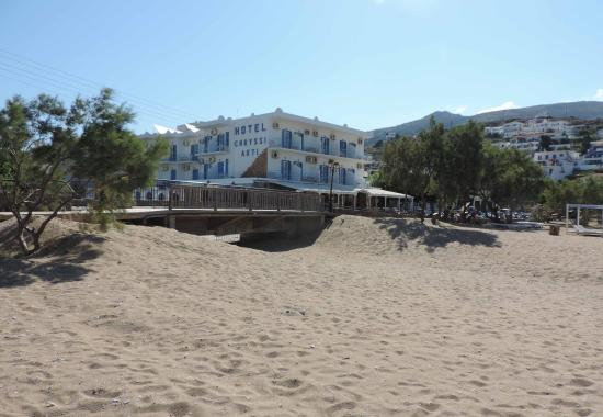 Hotel Chryssi Akti: A view of the hotel from the beach