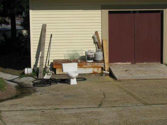 El Dorado EconoLodge: More junk, across from my room