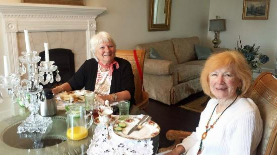 Odessa, Canada : Breakfast with these 2 lovely ladies