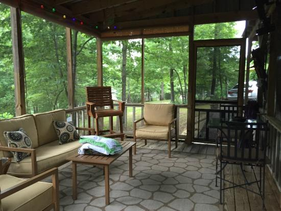 Smith Lake B&B: A wonderful screen porch with flat screen TV and fan.