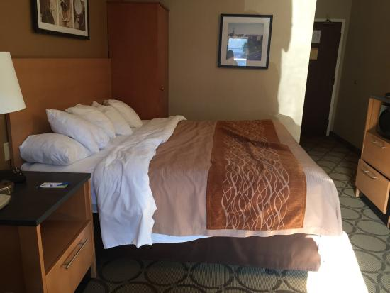 Comfort Inn - Highway 401: Hard to see, but the bed slanted