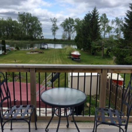Alanna's Lakeside B&B: Terrace