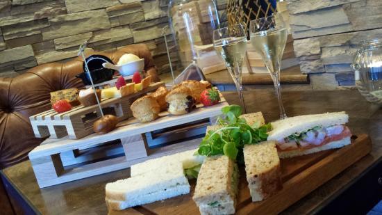 Uppermill, UK: Afternoon tea