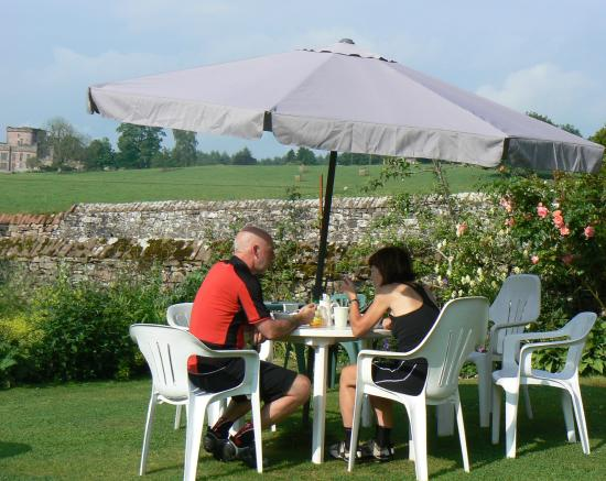 Greystoke Cycle Cafe Tea Garden: Lunch on the back lawn