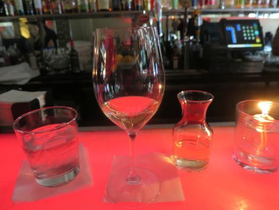 List Restaurant: ワイン。デキャンタでサービスされる。