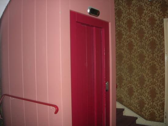 Hotel Bellevue et du Chariot d'Or : The little elevator