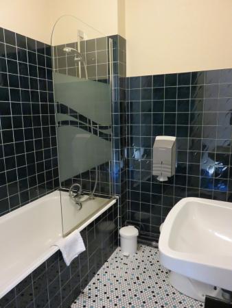 Balzac Hotel: the bathroom