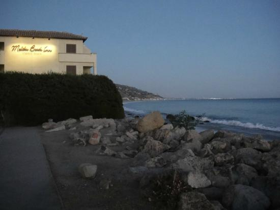 Carbon Beach Club Restaurant: Looking back at the Malibu Beach Inn from the Pier end