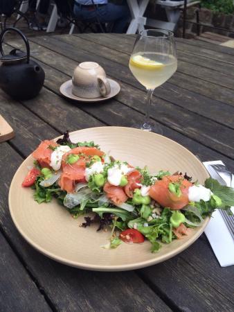 Kolonihagen Frogner: Прекрасный салат из свежих листьев салата, тонко нарезанной рыбы, соуса и зерен перловки и гречк