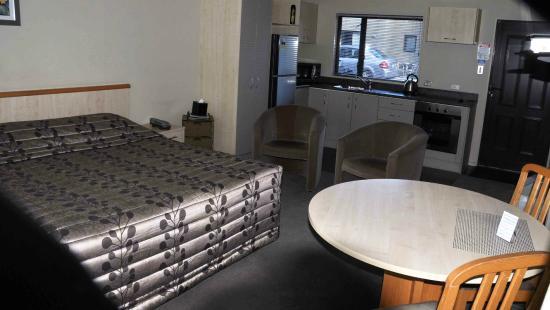 Kaikoura Gateway Motor Lodge: main room of 1-bedroom unit.