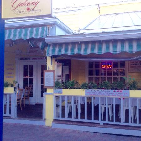 Giovanni's Cafe: Entrance and dining porch