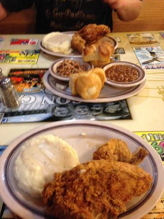 Branson Cafe: Fried chicken, mashed potatoes with gravy and roll