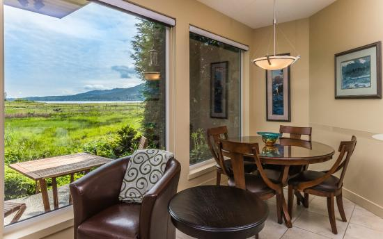 Inn The Estuary: Lagoon Suite dining