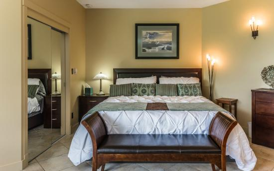 Inn The Estuary: Lagoon Suite bed