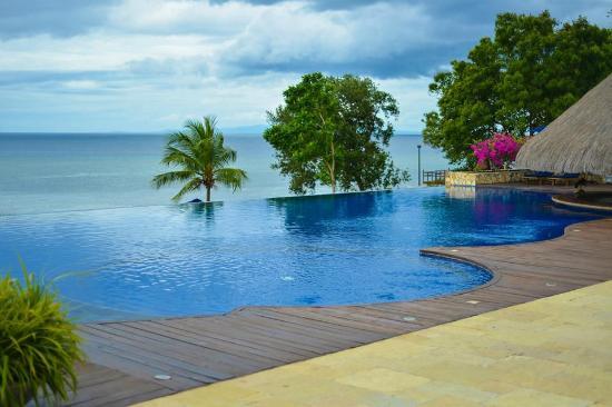 Eskaya Beach Resort & Spa: Main pool with bar at the center