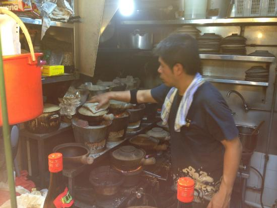 Yuan Yuan Claypot Rice: Busy manning the charcoal stoves