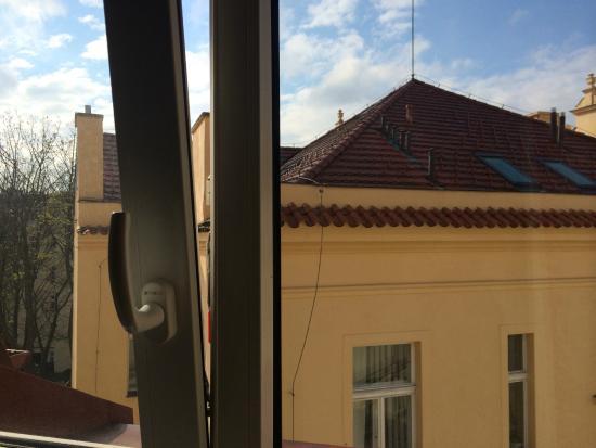 Hotel Ostruvek : Вид из номера на пражские крыши