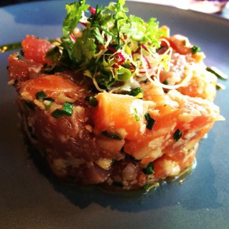 Café du Parc : Délicieux Tartare de saumon/ciboulette et pesto. Œuf poché asperge et saumon