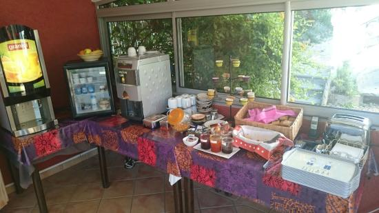 Hôtel Villa Florida : Great breakfast, fridge available, games for the kids, jacuzzi, great view, friendly service, cl
