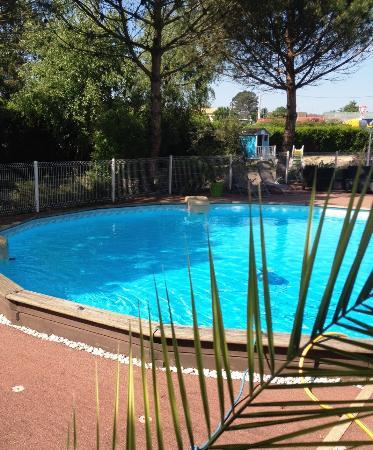 Logis Les Charmilles: Prendez votre repas en terrasse et profitez de notre piscine par la suite!