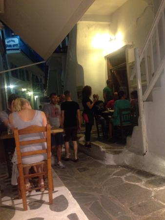 To Maereio : Tavolini nel vicolo di Kalogera
