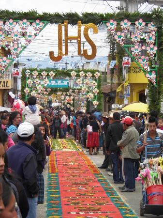 Patzun, Guatemala: Alfombras y adornos para celebracion Corpus Cristi