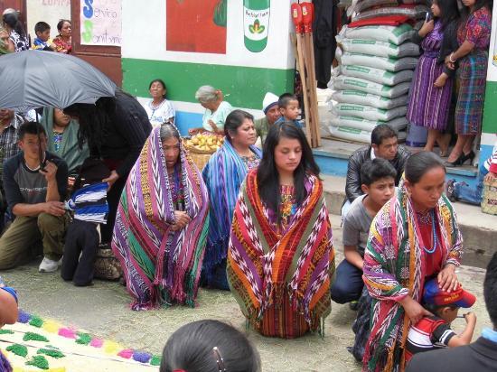 Patzun, Gwatemala: Devocion de los pobladores para la fiesta de Corpus Cristi