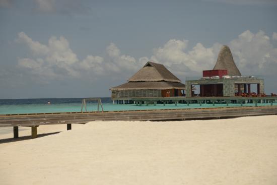 Sea Fire Salt.Sky: Вид на два ресторана из трёх (подводный под водой). Тот, у которого крыша повыше - Fire
