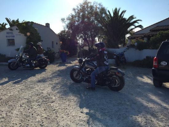 Hotel Mas des Salicornes: l'heure de l'apéro après une virée en moto